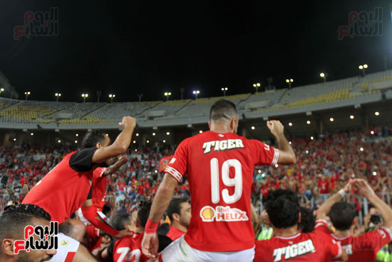احتفال لاعبي الأهلي مع الجماهير (7)