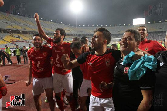 احتفال لاعبي الأهلي مع الجماهير (6)