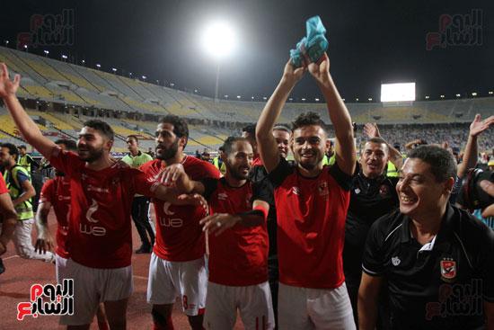 احتفال لاعبي الأهلي مع الجماهير (2)