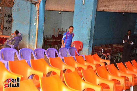 فرش الكراسي داخل المقاهي قبل مباراة السوبر