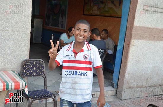 طفل يرفع علامة النصر بالفوز للزمالك