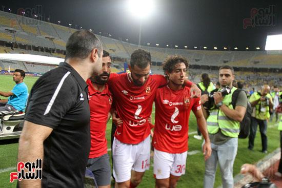 احتفال لاعبي الأهلي مع الجماهير (1)
