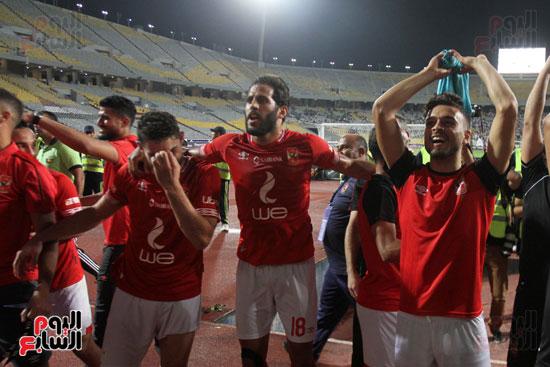 احتفال لاعبي الأهلي مع الجماهير (3)