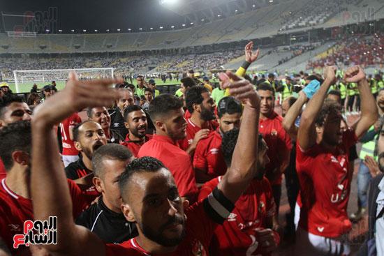 احتفال لاعبي الأهلي مع الجماهير (13)