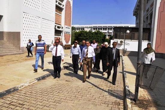 جامعة-قناة-السويس-تستعد-لبدء-الدراسة-بتجديد-وصيانة-قاعات-المحاضرات-وإنشاء-مسار-للدراجات-وبوابات-جديدة-(6)