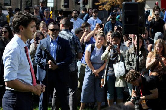 مواطنون-يلتقطون-الصور-لترودو-فى-بداية-حملته-الانتخابية
