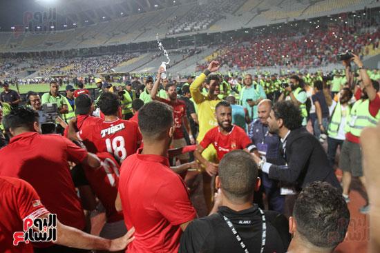 احتفال لاعبي الأهلي مع الجماهير (14)