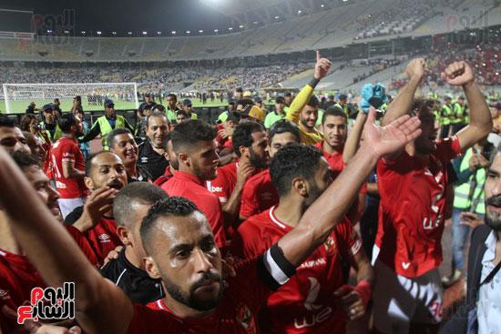 احتفال لاعبي الأهلي مع الجماهير (12)