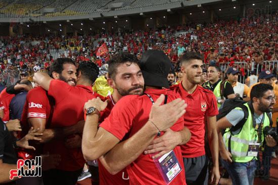 احتفال لاعبي الأهلي مع الجماهير (11)