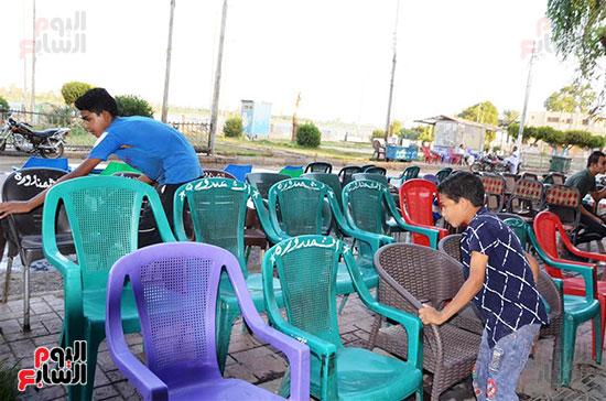الاطفال يشاركون في تجهيز المقاهي لاستقبال الجمهور بجوار منازلهم