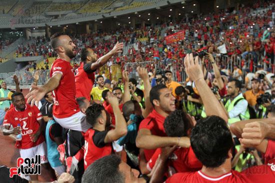 احتفال لاعبي الأهلي مع الجماهير (10)