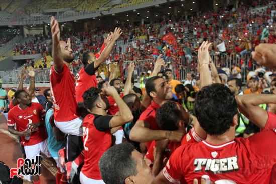 احتفال لاعبي الأهلي مع الجماهير (9)