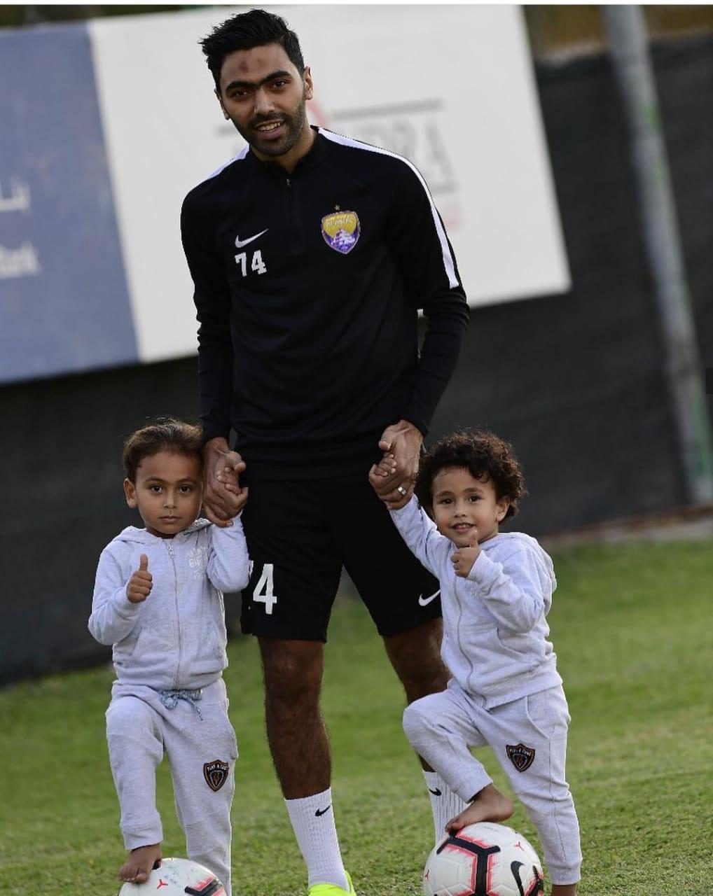 حسين الشحاته مع أحمد و أسر فى الملعب
