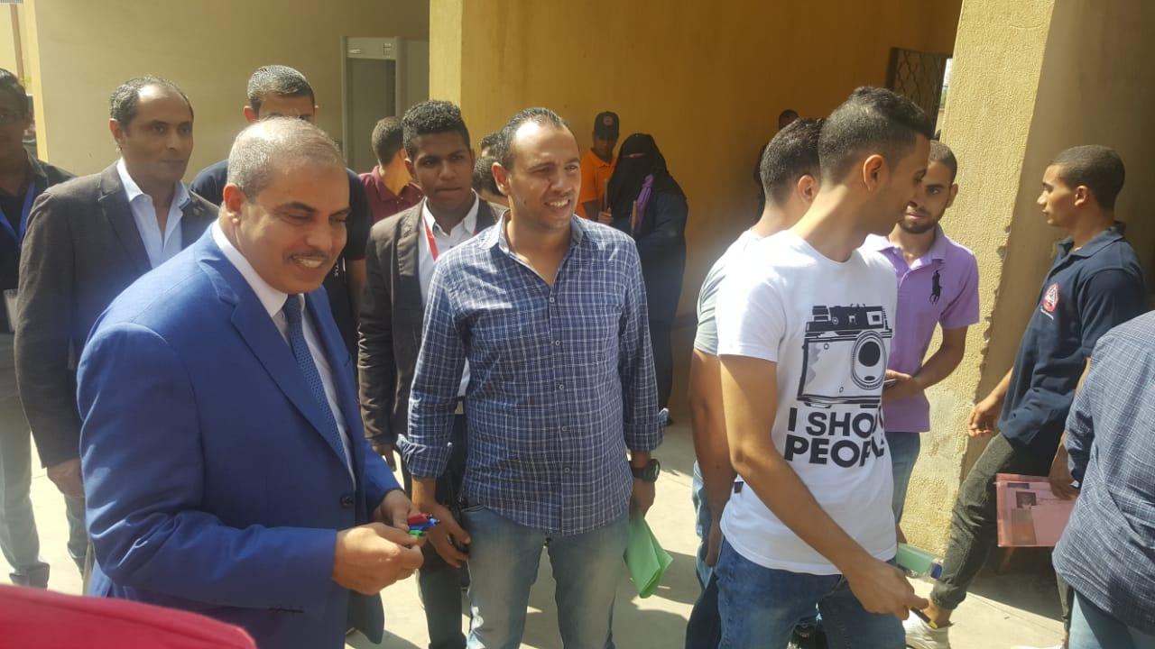 رئيس جامعة الازهر يوزع الاقلام على الطلاب (5)
