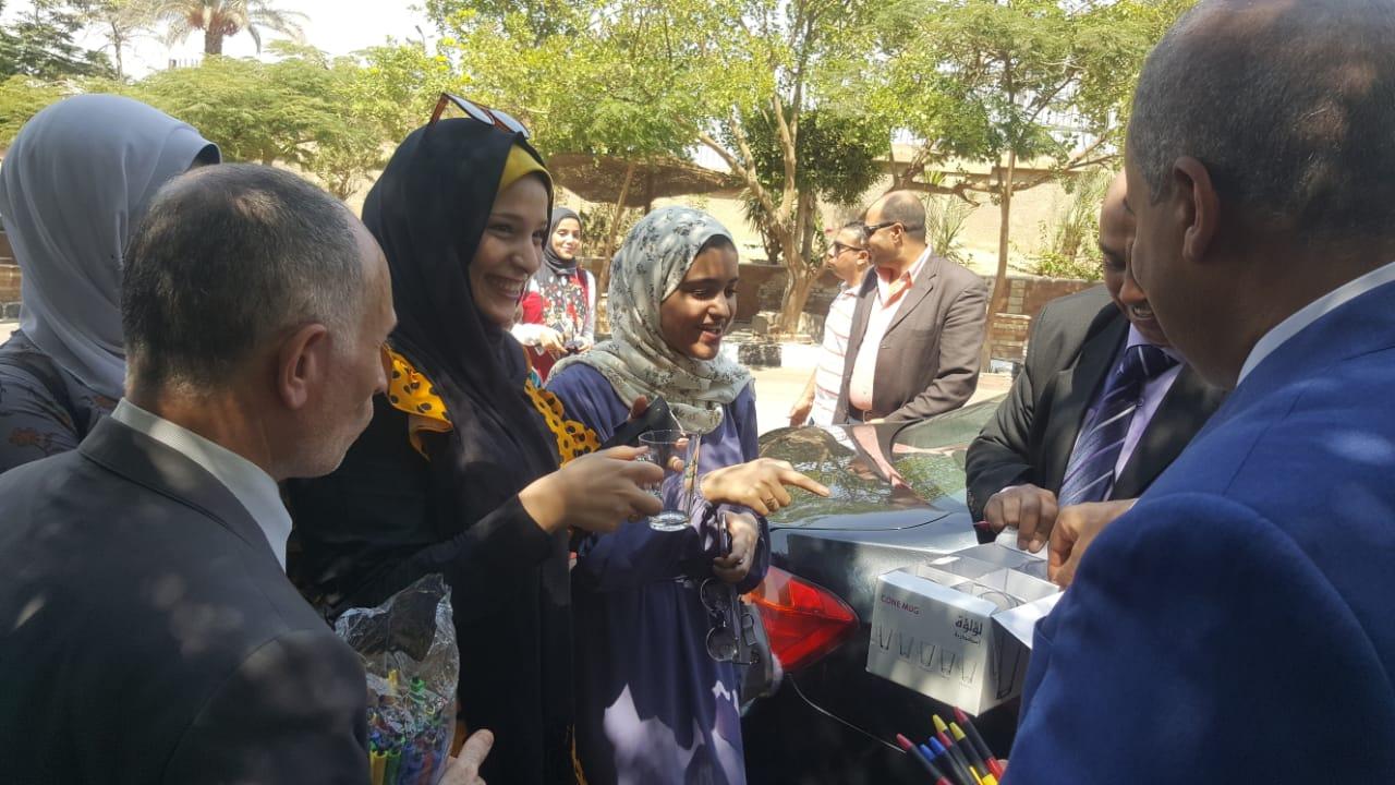ئيس جامعة الازهر يوزع مجات على الطالبات (5)