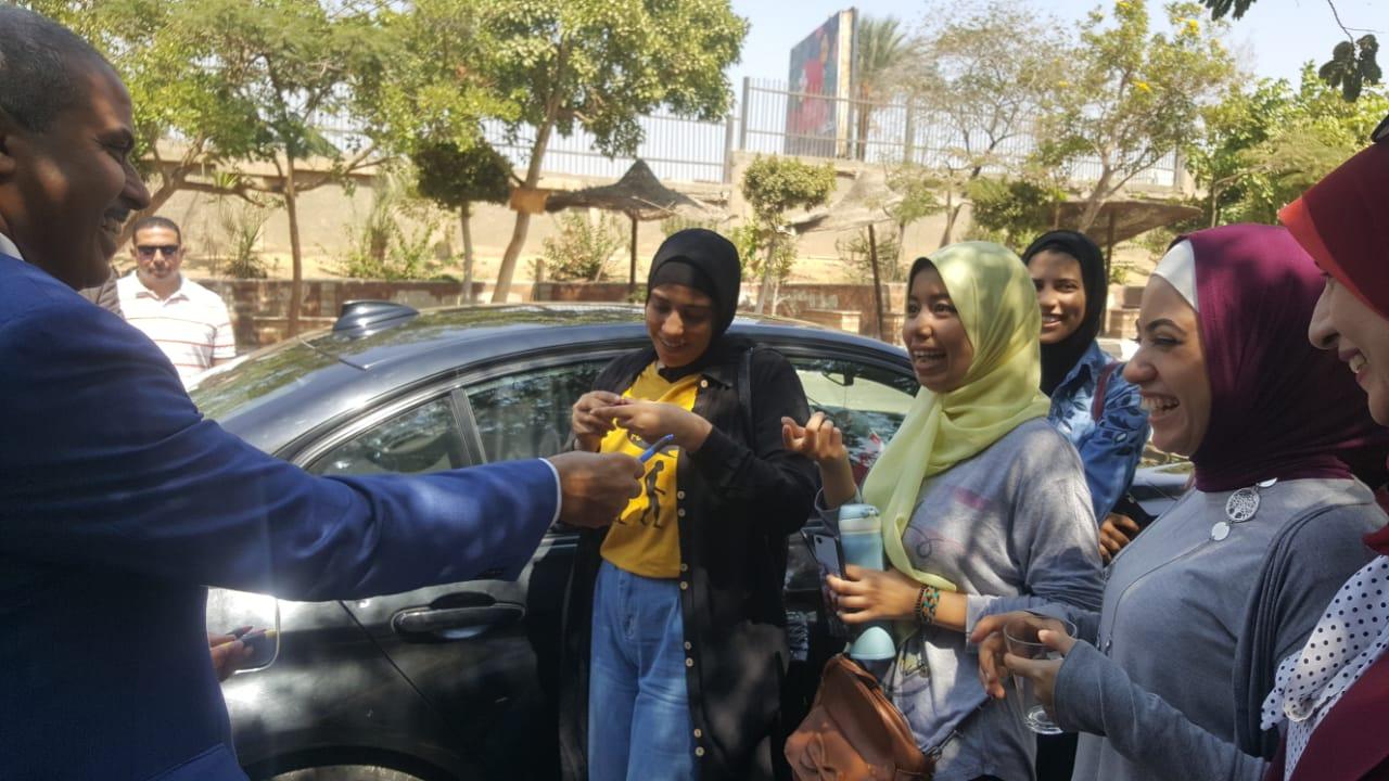 ئيس جامعة الازهر يوزع مجات على الطالبات (4)
