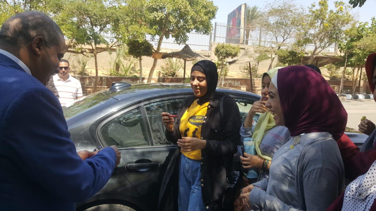 ئيس جامعة الازهر يوزع مجات على الطالبات (3)