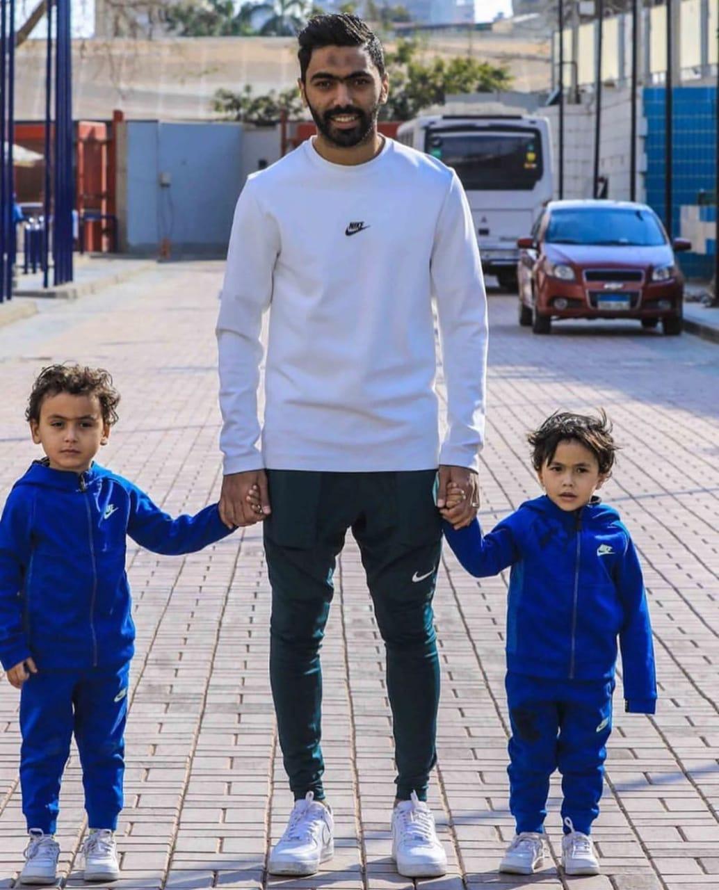 حسين الشحات مع أبناؤه فى الأهلى