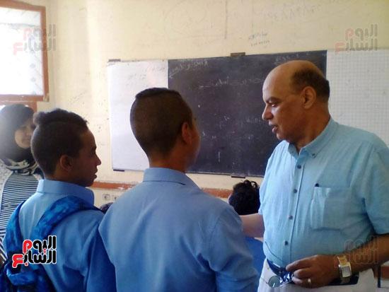 وكيل تعليم الاقصر يناقش مع طلاب الإعداد ما درسوه باليوم الأول