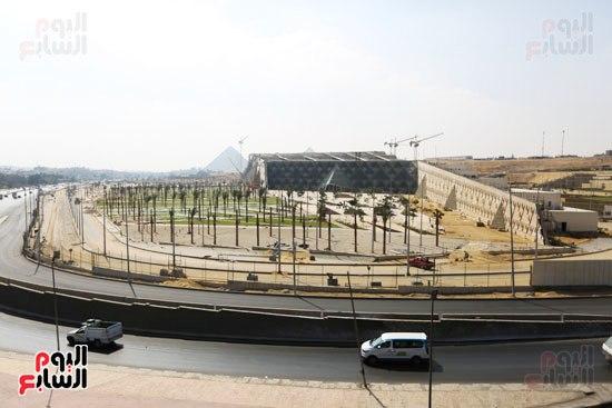 مشهد بعيد للمتحف الكبير