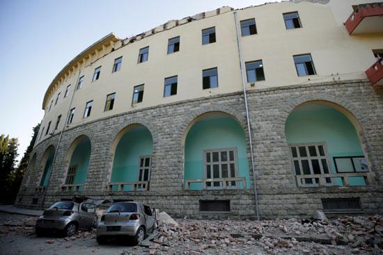 مبنى تضرر من الزلزال