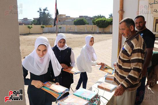 2-تسليم-الكتب-الدراسية-للطلاب