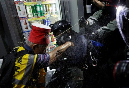 رش رذاذ الفلفل على المتظاهرين