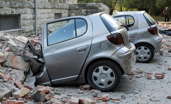 تضرر سيارات جراء الزلزال