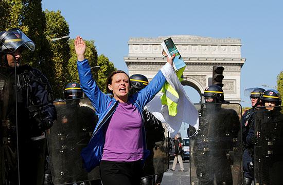سيدة تهتف خلال المظاهرات