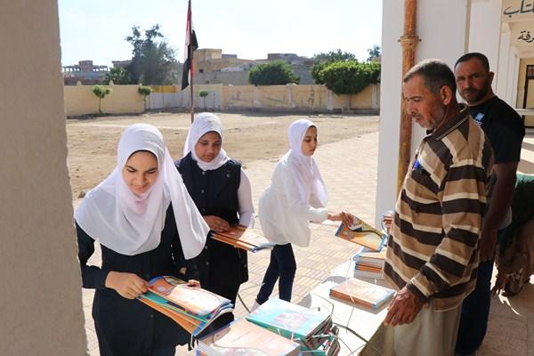 2 تسليم الكتب الدراسية للطلاب