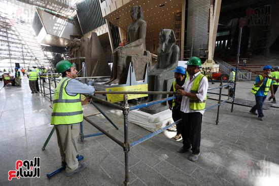 الاستعداد لفك القطع الأثرية