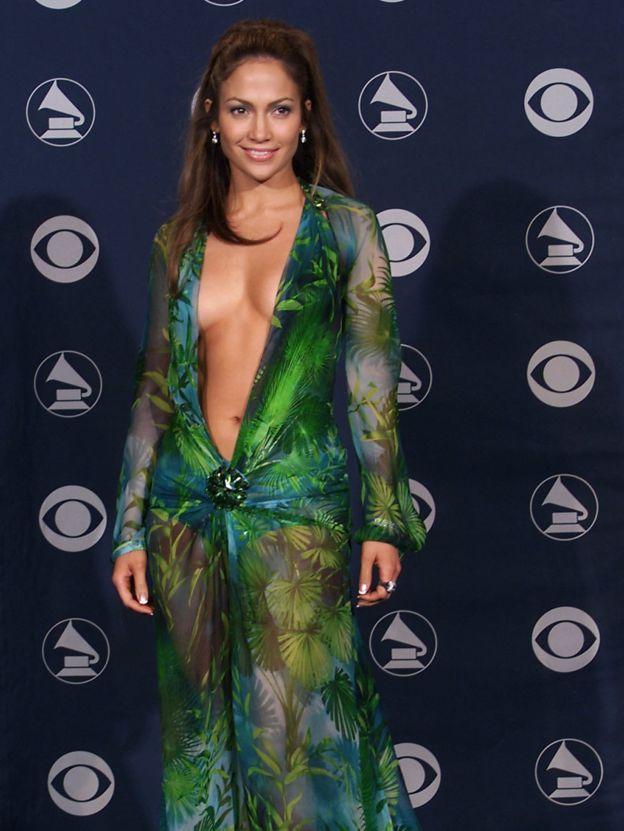 جنيفر لوبيز فى ظهورها الأول عام 2000 بذات الفستان