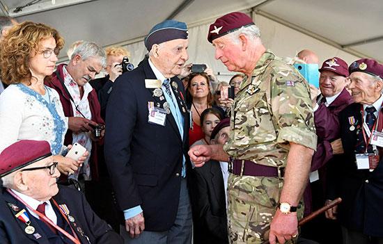الأمير تشارلز وحديث مع أحد المحاربين القدماء