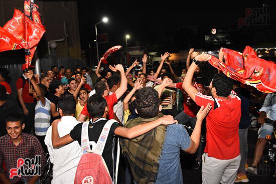 الشباب يرقصون بالاعلام امام النادى الاهلى (2)