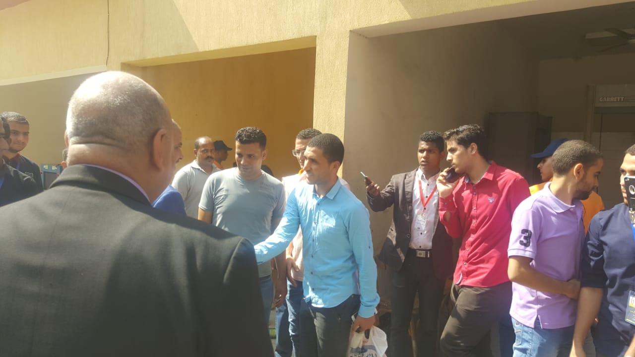 رئيس جامعة الازهر يوزع الاقلام على الطلاب (2)