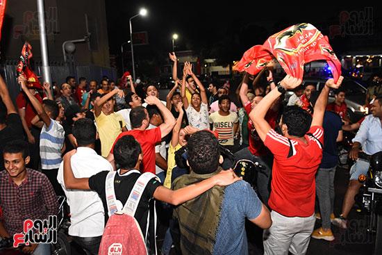 الشباب يرقصون بالاعلام امام النادى الاهلى