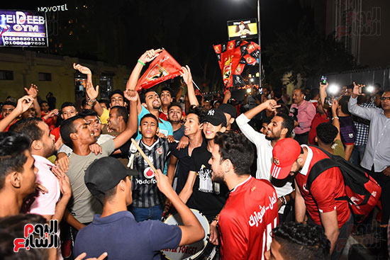 الشباب يحتفلون بفوز الاهلى (5)