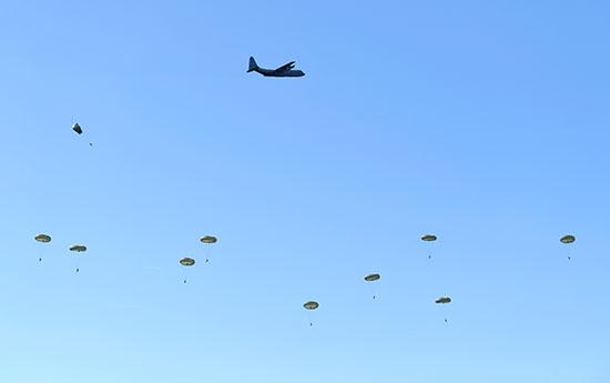 عروض عسكرية بمناسبة الاحتفال