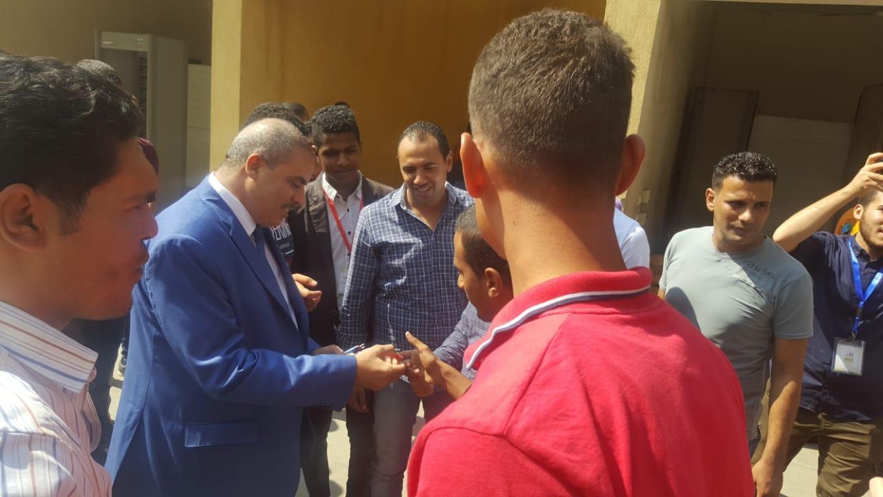 رئيس جامعة الازهر يوزع الاقلام على الطلاب (6)