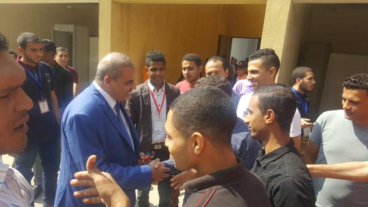 رئيس جامعة الازهر يوزع الاقلام على الطلاب (1)