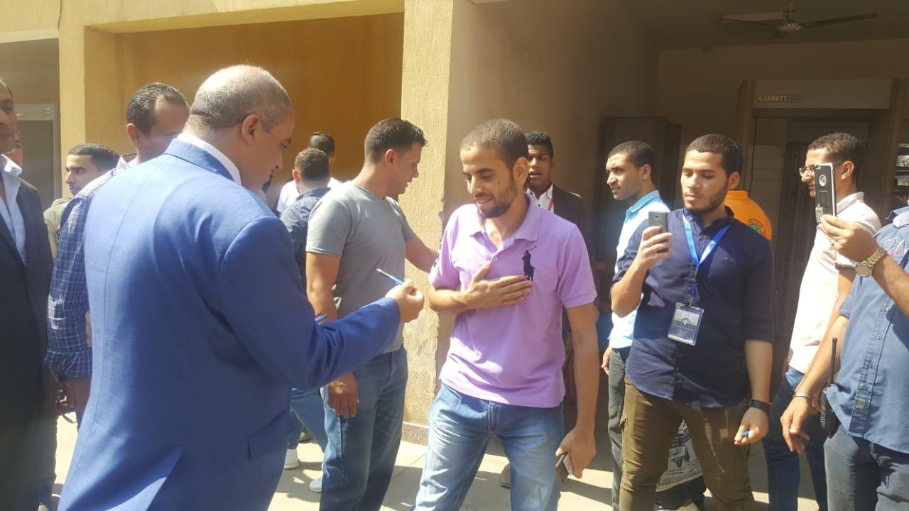 رئيس جامعة الازهر يوزع الاقلام على الطلاب (3)