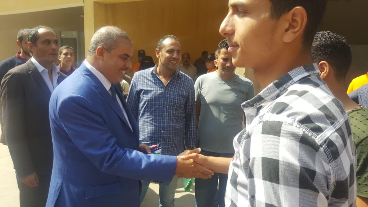 رئيس جامعة الازهر يوزع الاقلام على الطلاب (4)