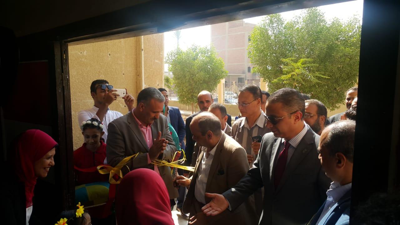 قيادات التعليم بإفتتاح المدرسة