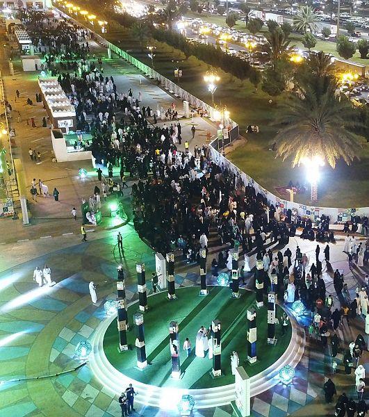 السعوديون يملأون ميادين المملكة