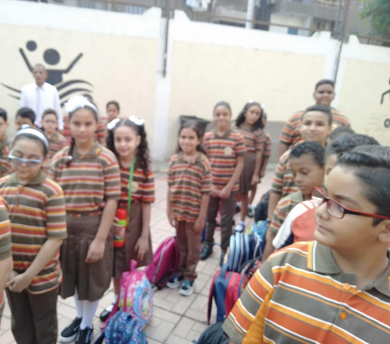 طلاب مدرسة المستقبل 4 الرسمية بالوايلى يحيون العلم