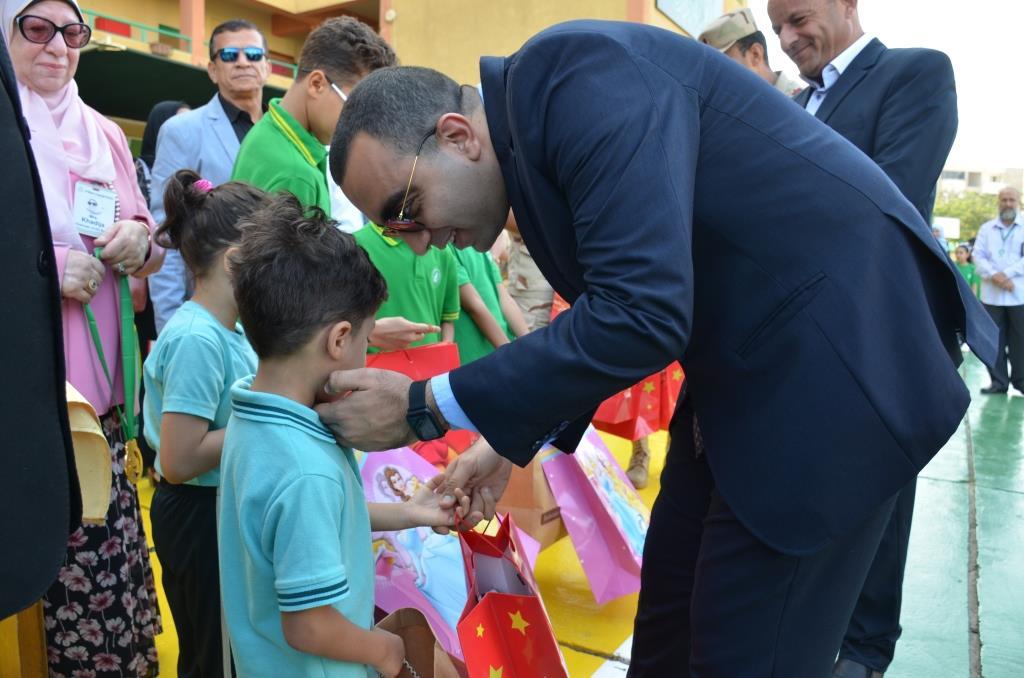 نائب محافظ الإسماعيلية يتفقد المدارس ويوزع الهدايا على الطلاب (12)