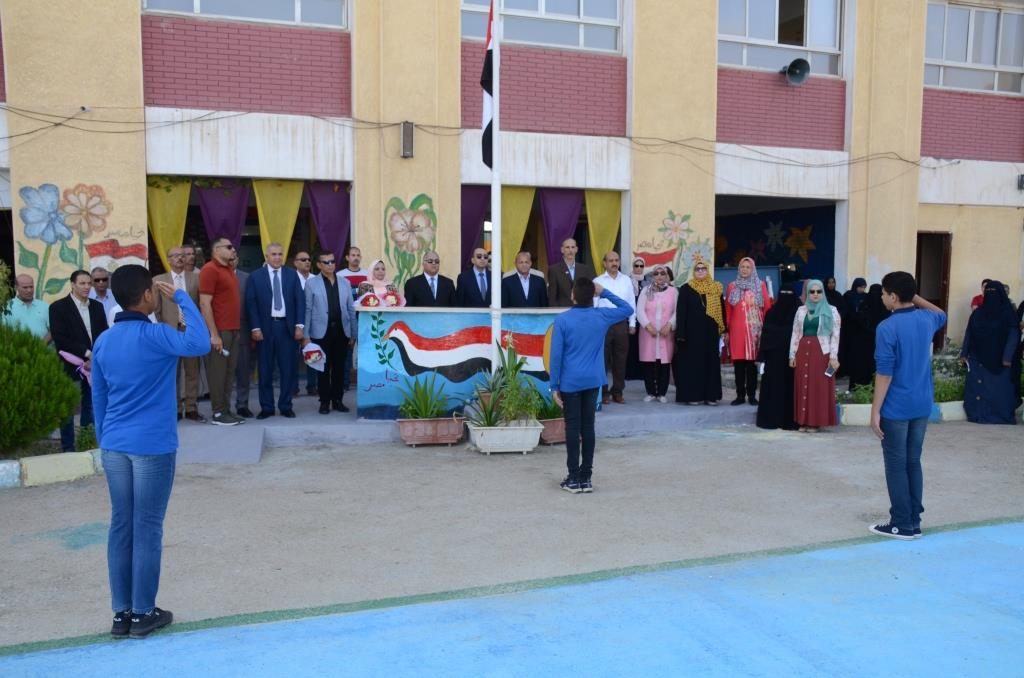 نائب محافظ الإسماعيلية يتفقد المدارس ويوزع الهدايا على الطلاب (22)