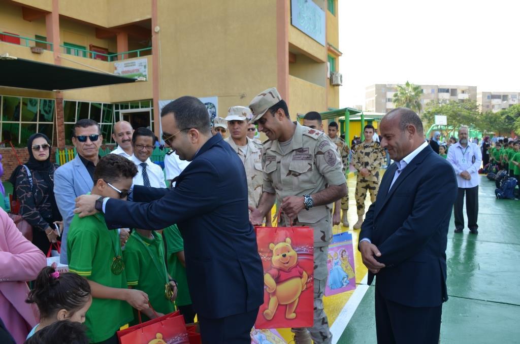 نائب محافظ الإسماعيلية يتفقد المدارس ويوزع الهدايا على الطلاب (13)