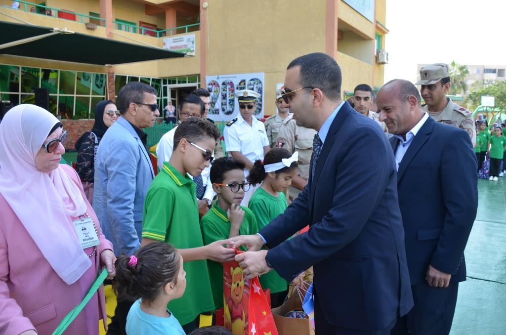 نائب محافظ الإسماعيلية يتفقد المدارس ويوزع الهدايا على الطلاب (11)