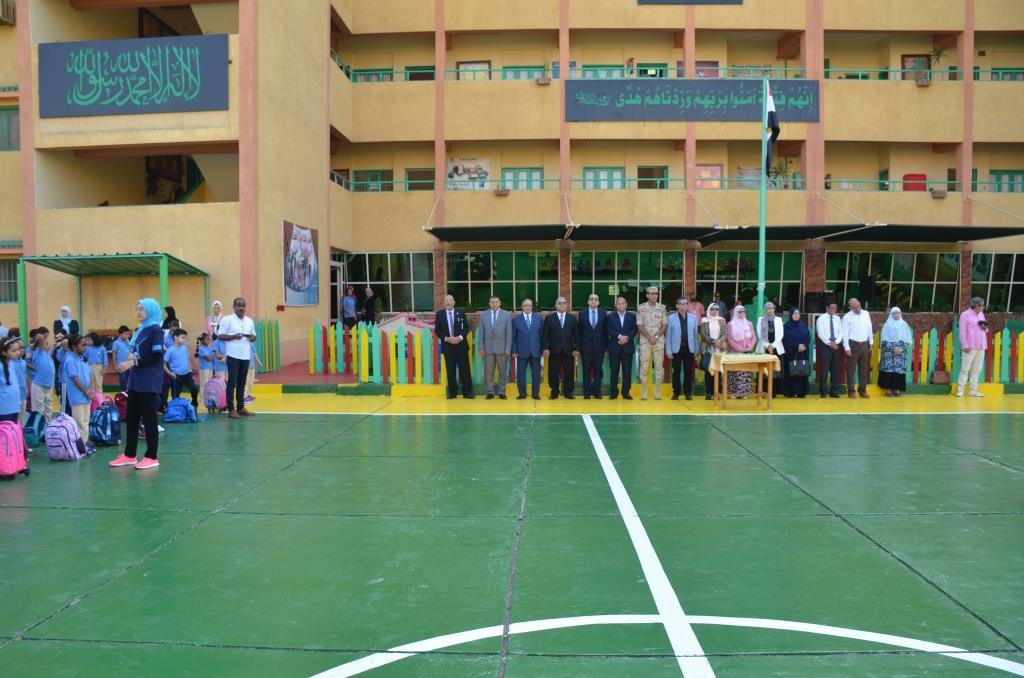 نائب محافظ الإسماعيلية يتفقد المدارس ويوزع الهدايا على الطلاب (6)